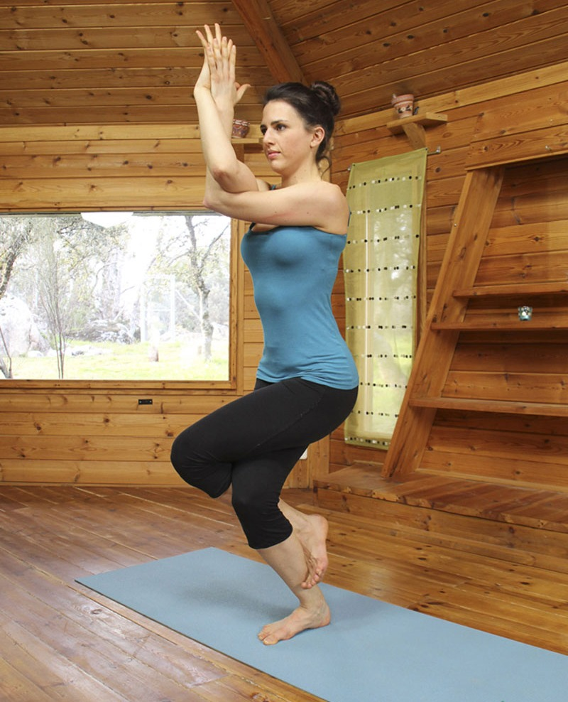 Postura de yoga Garudasana o el águila   Gaia